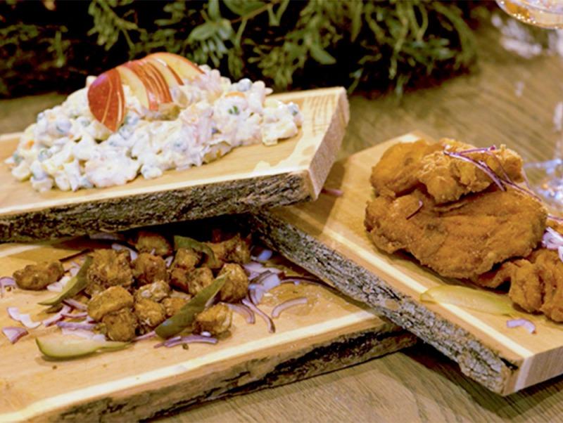 Vianočný kapor so zemiakovým šalátom a oškvarky z kapra